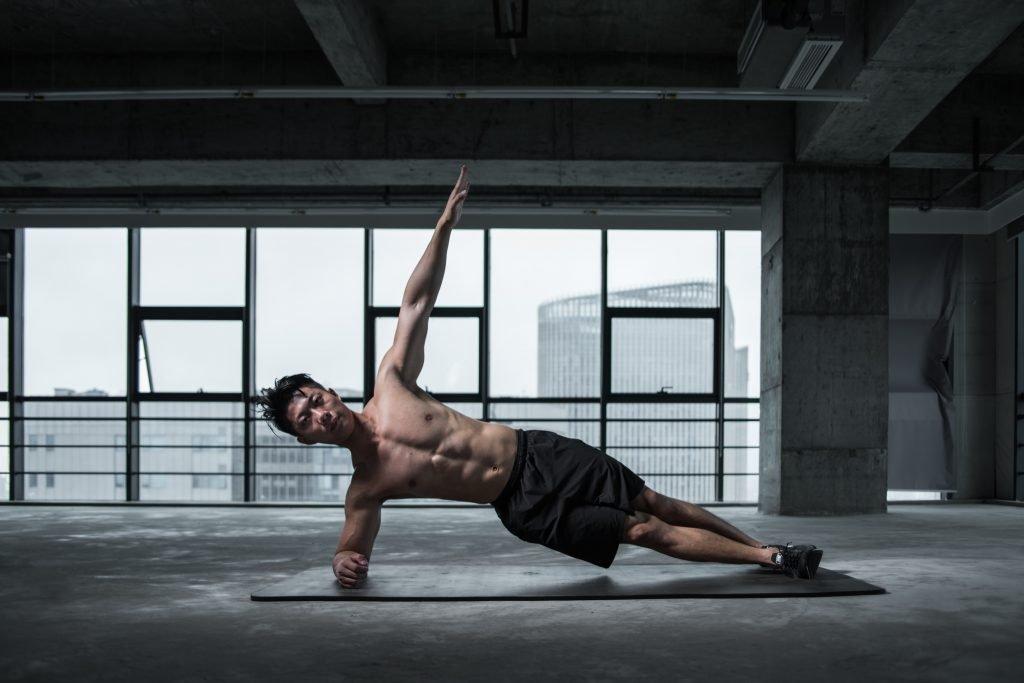 Atleta allenamento addominali