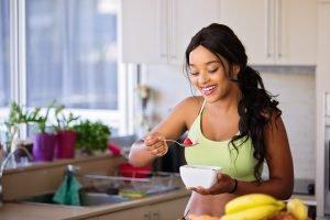 Donna che fa una colazione sana