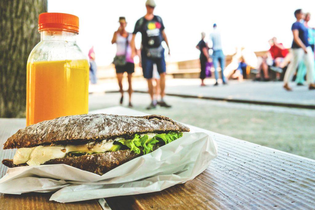 Una bottiglia ed un panino come snack dopo allenamento